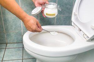 Cara memperbaiki toilet yang tersumbat atau mampet